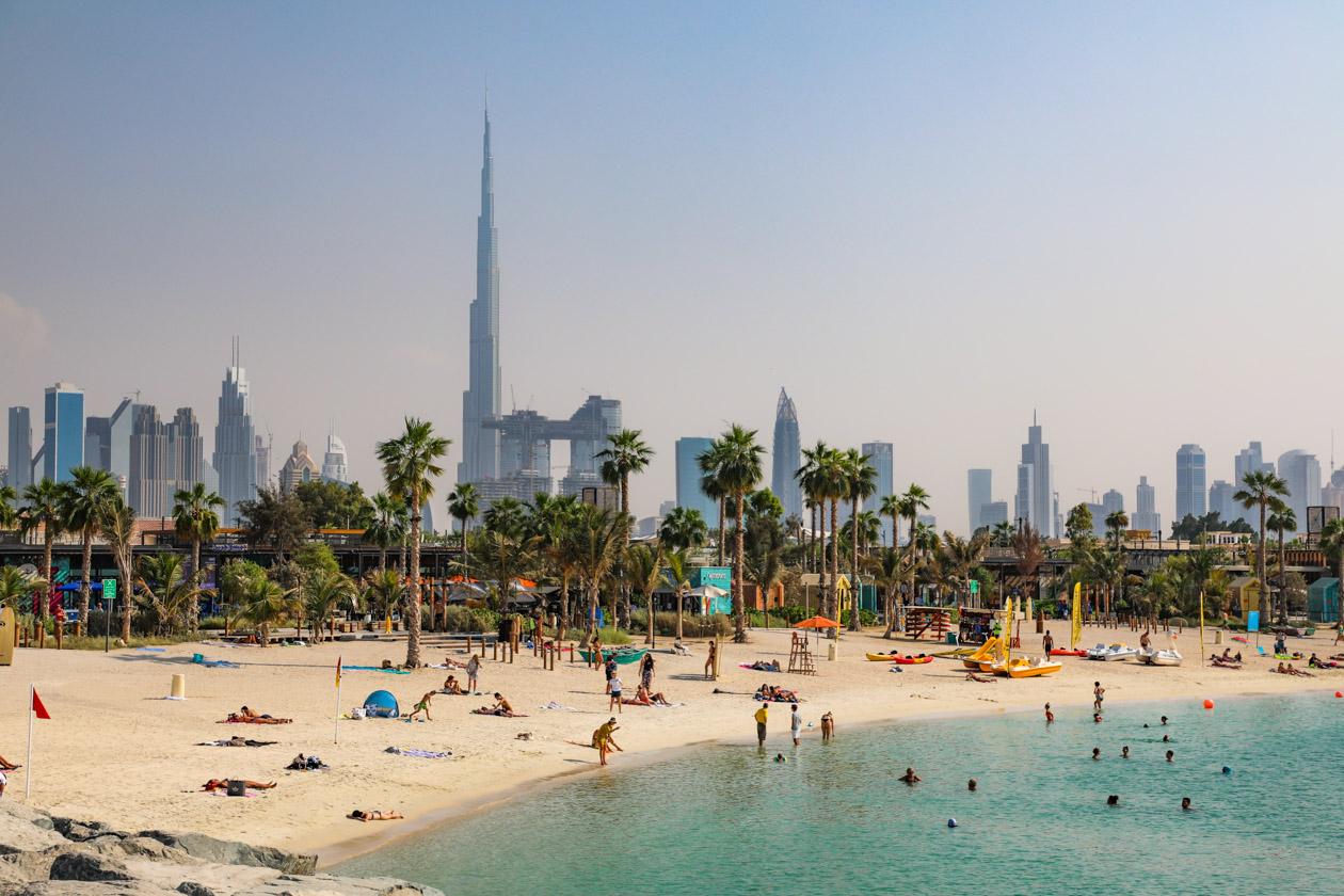 Het strand bij La Mer in Dubai