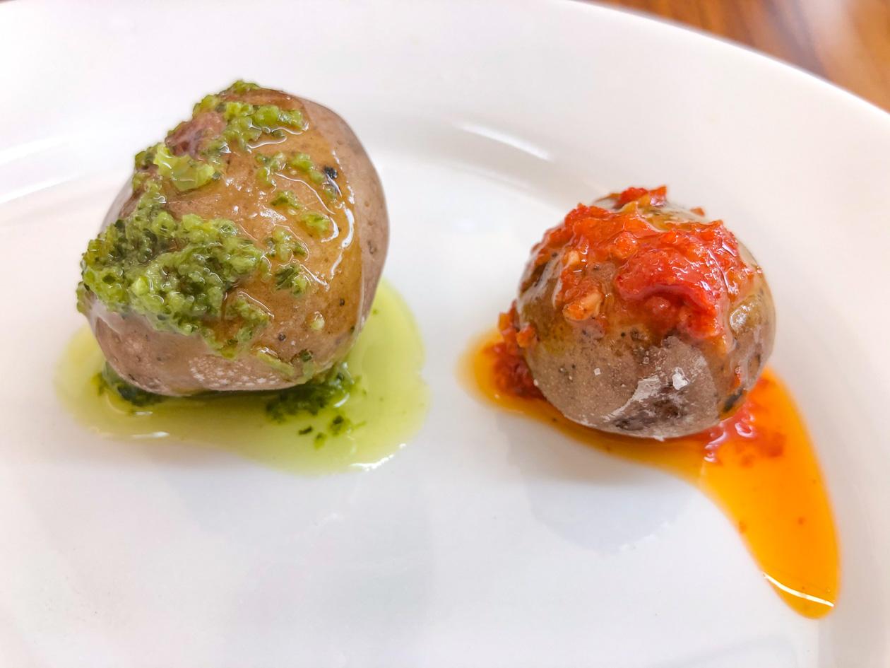 Canarische aardappeltjes met rode en groene saus